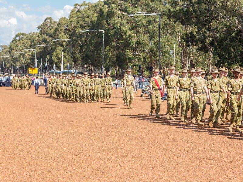 € di CANBERRA, AUSTRALIA «25 aprile 2019: Un contingente che marcia ad Anzac Day National Ceremony tenuto annualmente a Canberra fotografia stock