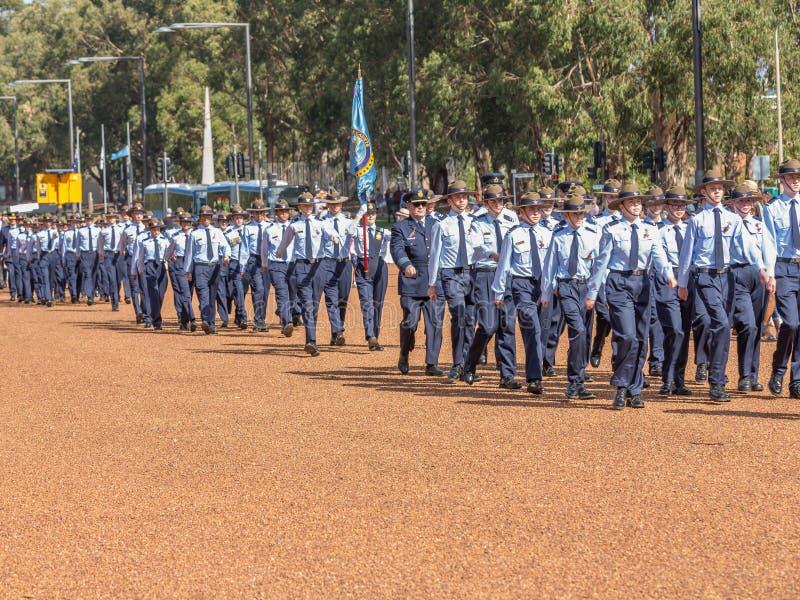 € di CANBERRA, AUSTRALIA «25 aprile 2019: Un contingente che marcia ad Anzac Day National Ceremony tenuto annualmente a Canberra immagini stock