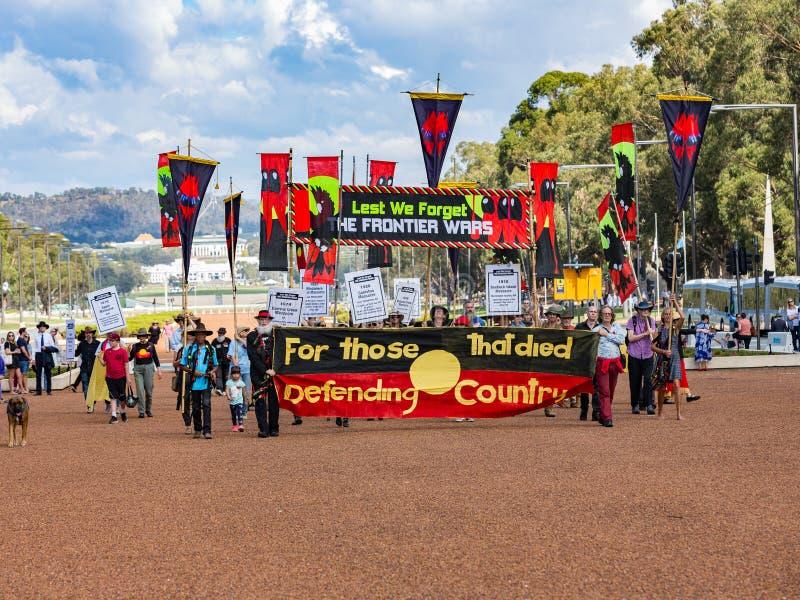 € di CANBERRA, AUSTRALIA «25 aprile 2019: Un contingente del marzo delle popolazioni autoctone ad Anzac Day National Ceremony te fotografia stock