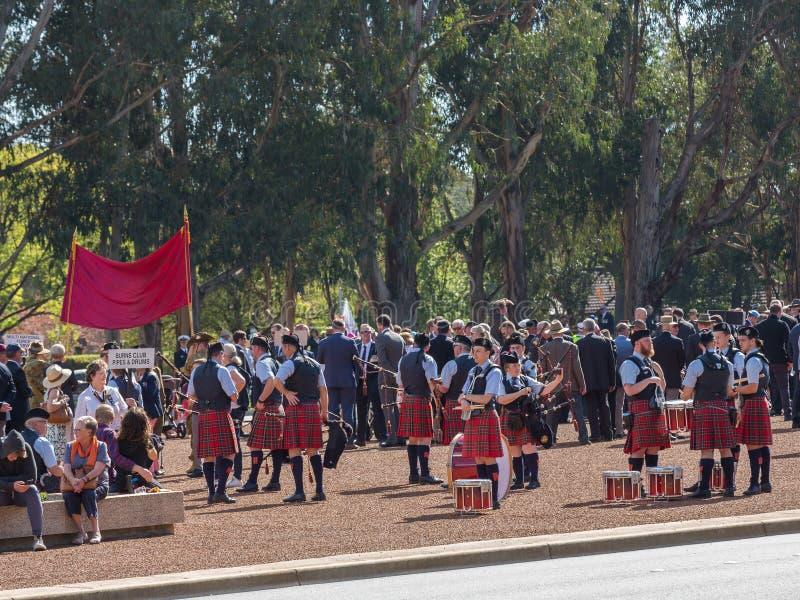 € di CANBERRA, AUSTRALIA «25 aprile 2019: Un contingente prepara marciare ad Anzac Day National Ceremony tenuto annualmente dent fotografia stock