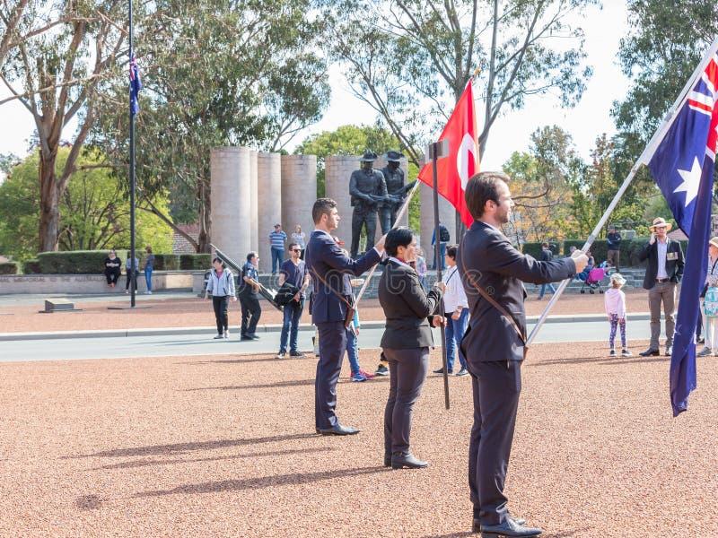 € di CANBERRA, AUSTRALIA «25 aprile 2019: Un contingente prepara marciare ad Anzac Day National Ceremony tenuto annualmente dent fotografie stock