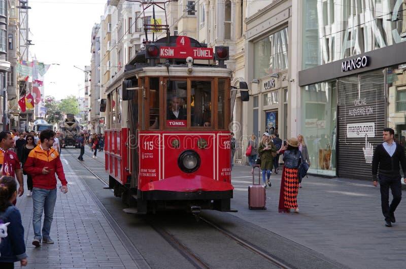 € di Costantinopoli, Turchia «29 aprile 2018: Giri storici del tram lungo la via di Istiklal durante il giorno fotografia stock