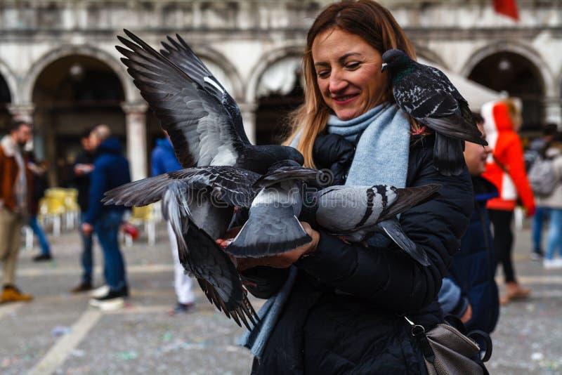 € di VENEZIA, ITALIA «17 FEBBRAIO 2019: La gente in costumi di carnevale sulla piazza San Marco a Venezia durante il carnevale immagini stock libere da diritti