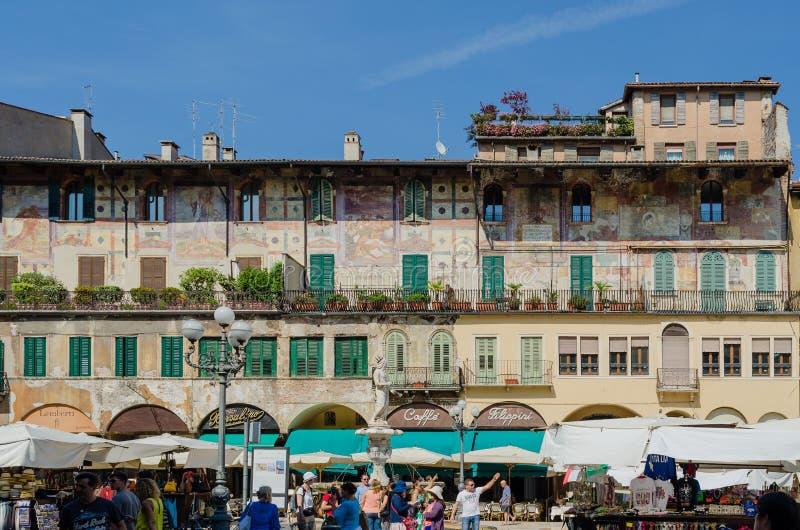 ? di Verona, Italia ?19 luglio 2014: Dettaglio della costruzione che trascura il mercato famoso a Verona nel erbe della piazza Il immagini stock libere da diritti