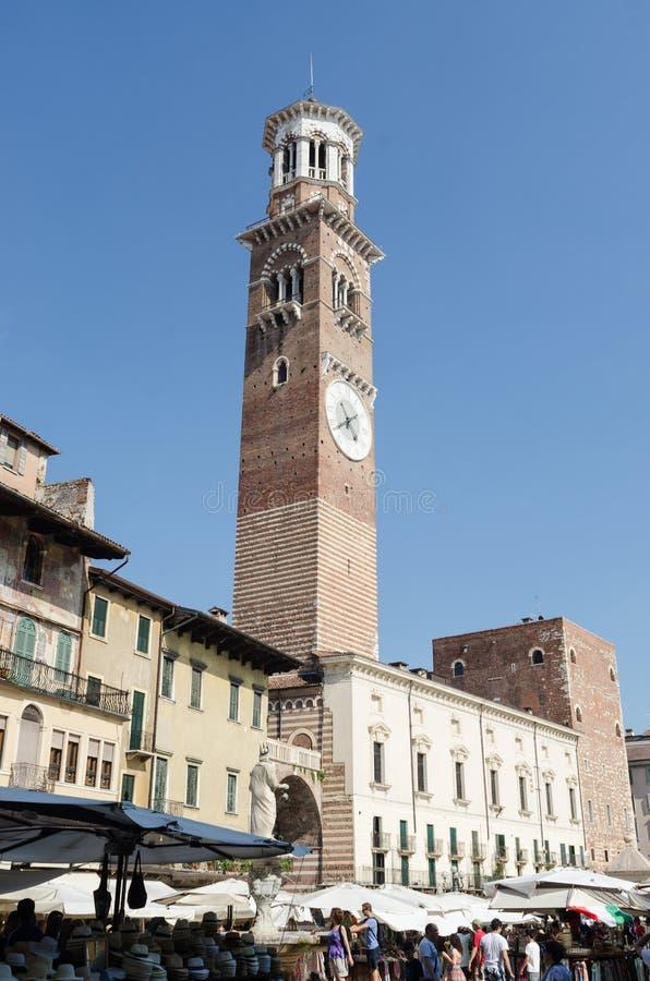 ? di Verona, Italia ?19 luglio 2014: Dettaglio della costruzione che trascura il mercato famoso a Verona nel erbe della piazza Il fotografia stock