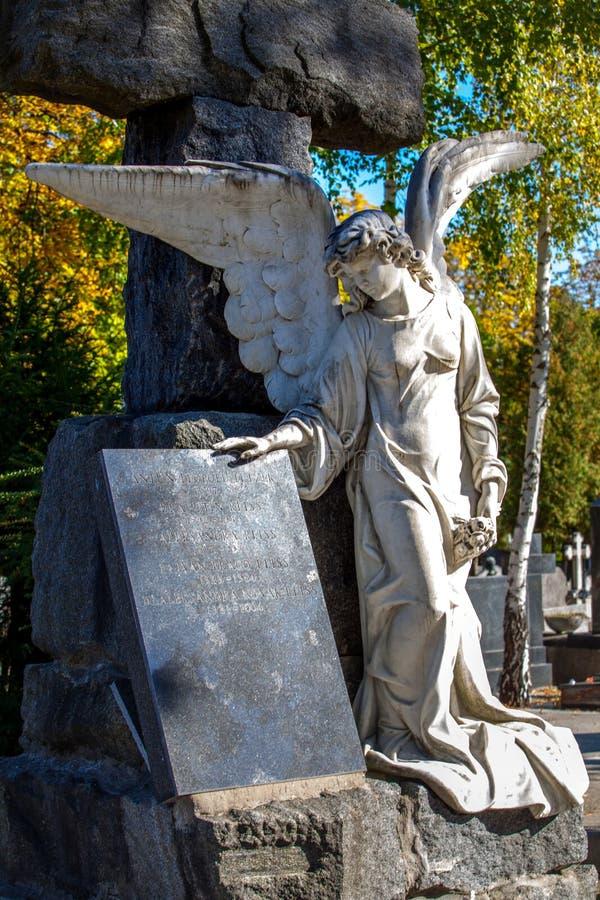 € di Zagabria, Croazia «ottobre 2018 un angelo del monumento al cimitero della città durante il giorno soleggiato di autunno fotografia stock libera da diritti