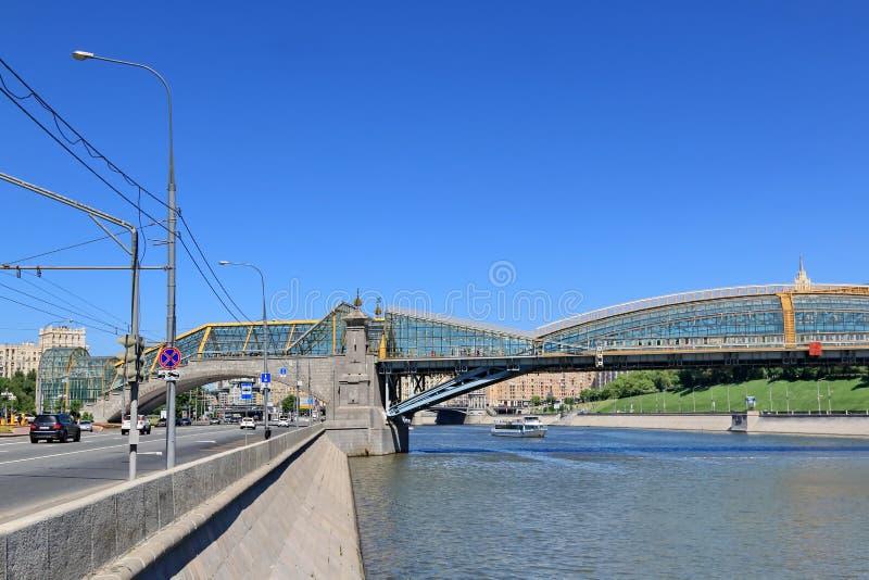 """€ Moskaus, Russland """"am 25. Mai 2018: Berezhkovskaya-Damm und das Bogdan Khmelnitsky Bridge-Teil der Brücke lizenzfreie stockfotografie"""