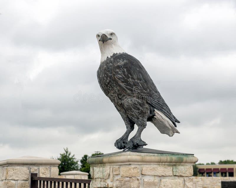 一一个对在入口的白头鹰雕塑对退伍军人的纪念公园,恩尼斯,得克萨斯 免版税库存图片