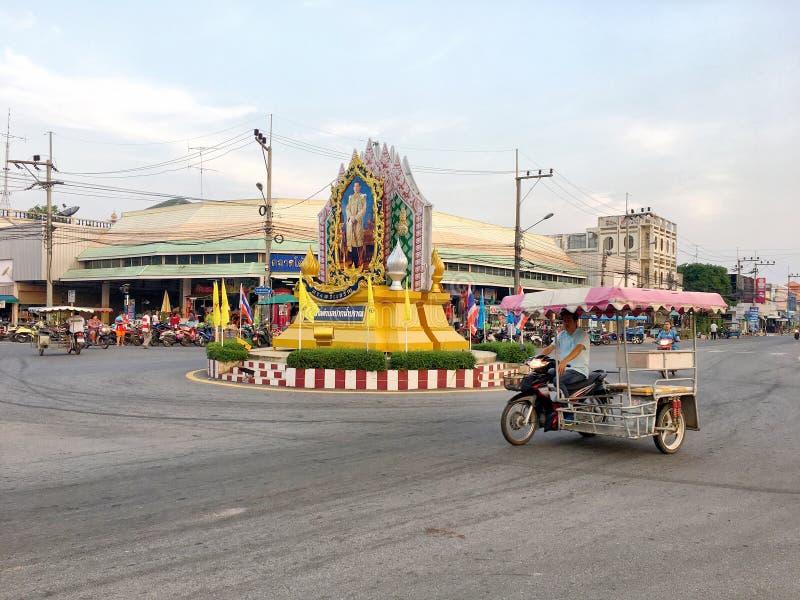 一三轮车motobike和司机接近泰国国王海报作为一个圆形交通路口在Paknampran,华欣泰国街道上  免版税图库摄影