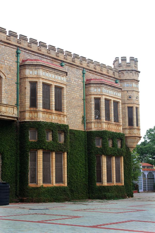 一与班格洛宫殿城垛塔的美丽的景色有爬行物植物的 免版税库存图片