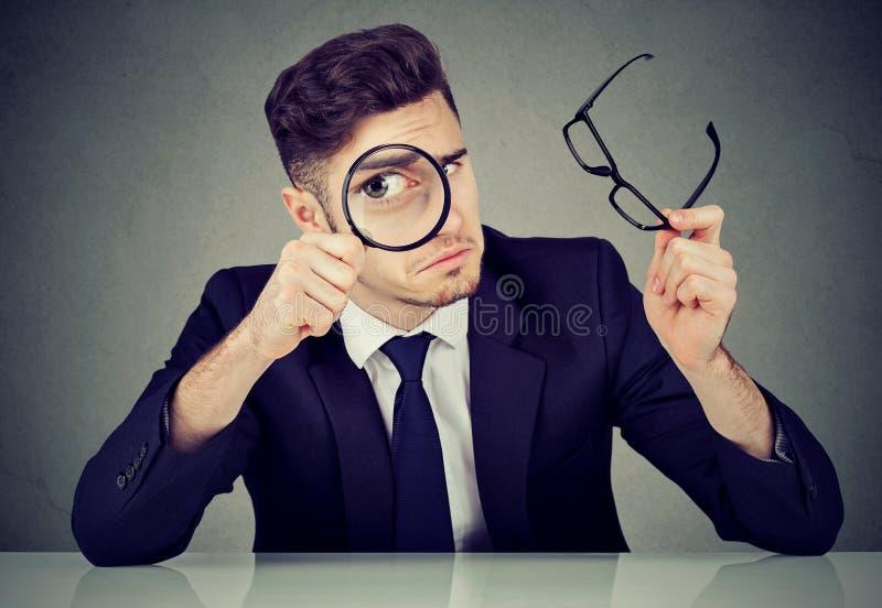 一丝不苟的商人探索的候选人 库存照片