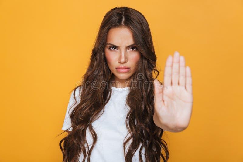 一严肃的少女的画象有长的深色的头发的 图库摄影