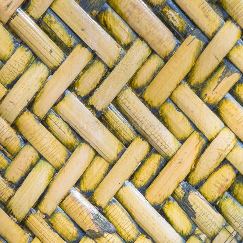 一个一致的金黄被编织的篮子的细节接近的视图使用natu的 免版税库存图片