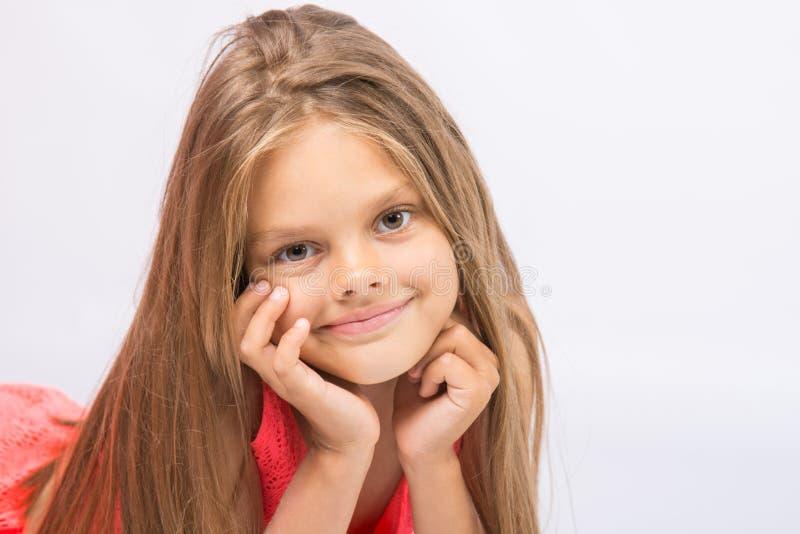 一个七年快乐的小女孩的画象白色背景的 免版税库存图片