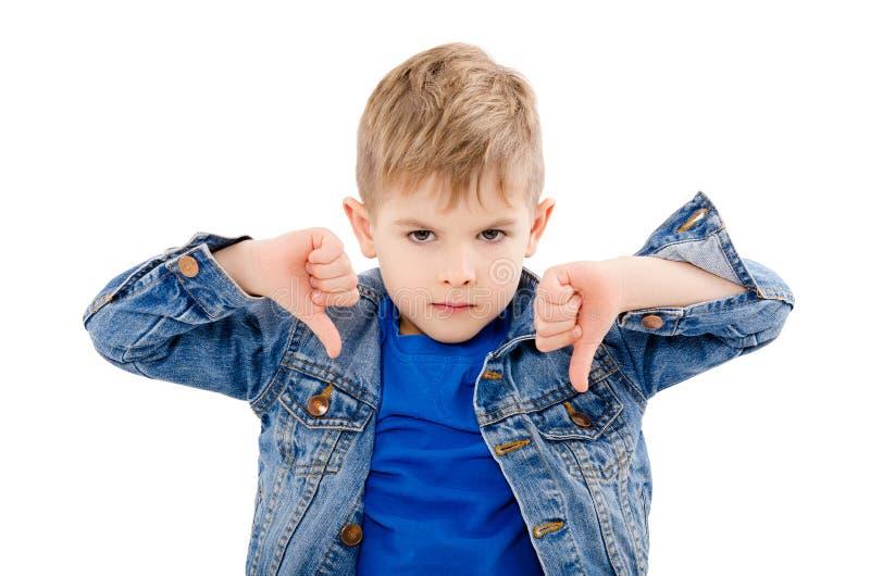 一个不满意的男孩的画象,显示拇指下来 免版税图库摄影