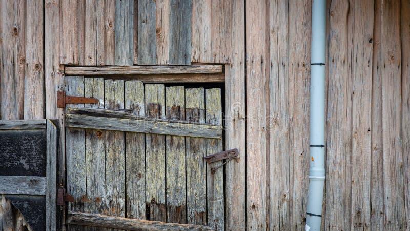 一个与锁的老农舍地窖门 免版税库存图片