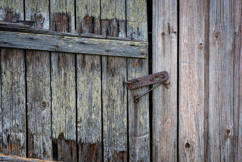 一个与锁的老农舍地窖门 库存图片