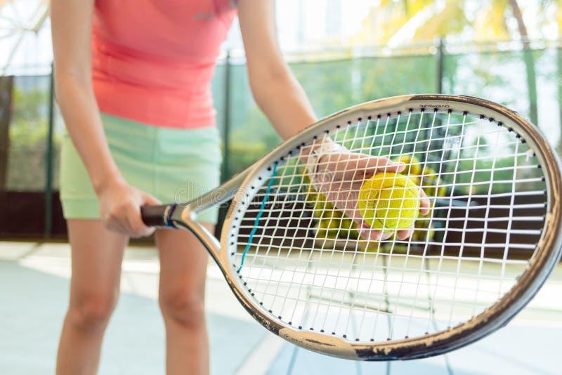 一个专业女性球员的优质网球拍的特写镜头 图库摄影