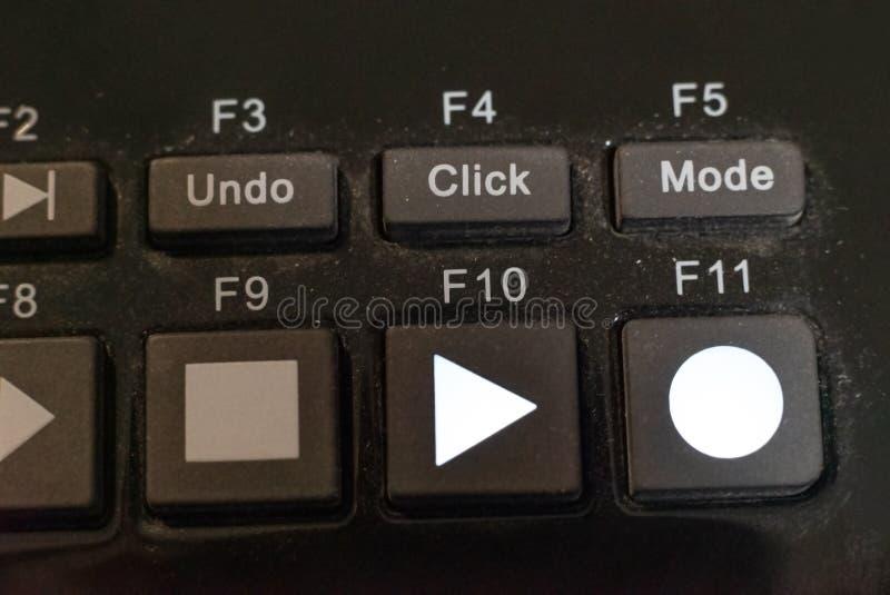 一个专业音乐演播室混音器板的特写镜头细节与尘土的在与戏剧和记录按钮的活歌曲录音 库存图片