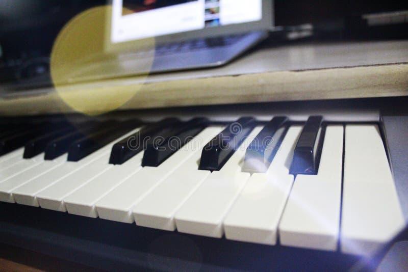 一个专业DJ键盘的宏指令在音乐演播室 图库摄影