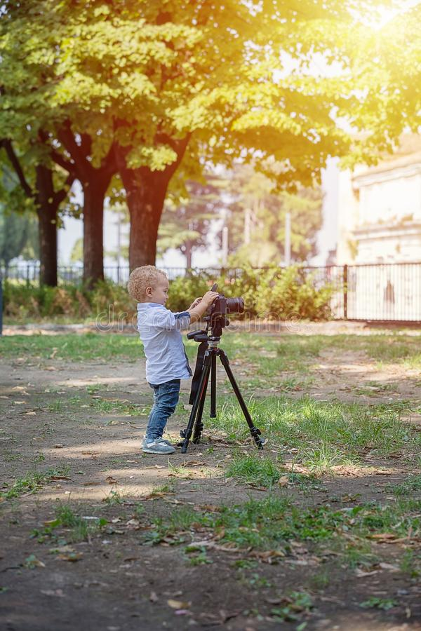 一个两岁男孩是摄影师 免版税库存照片
