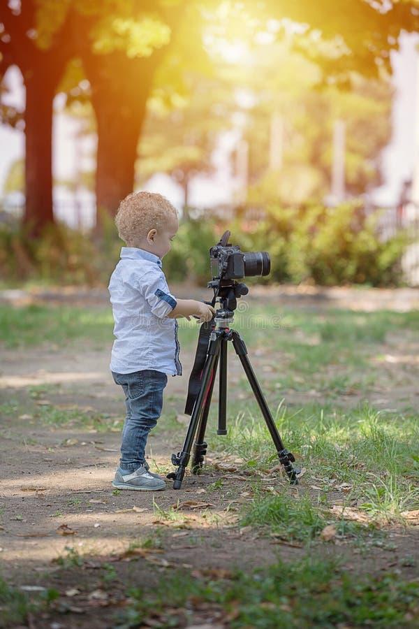 一个两岁男孩是摄影师 库存图片