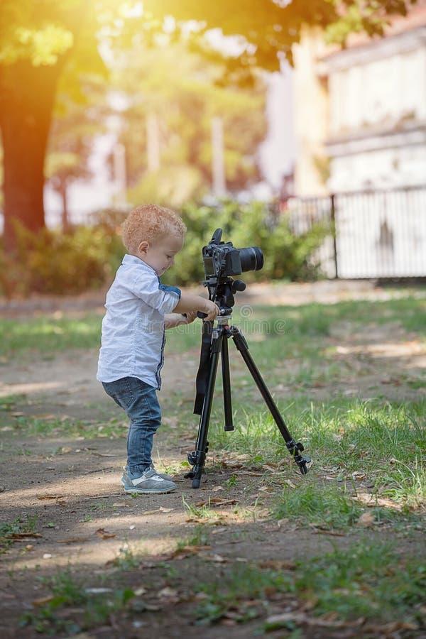 一个两岁男孩是摄影师 免版税库存图片
