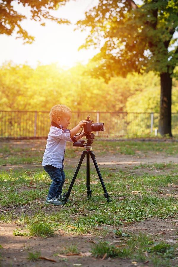 一个两岁男孩是摄影师 库存照片