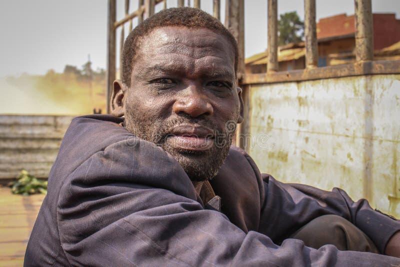 一个中年黑人的画象 在一件肮脏的夹克的工作者卡车 免版税图库摄影