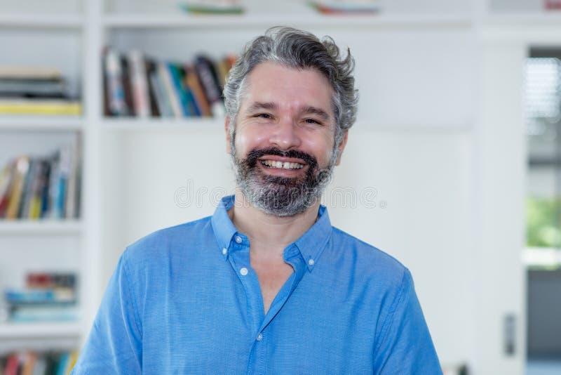 一个中间年迈的人的画象有灰色头发的 免版税库存照片