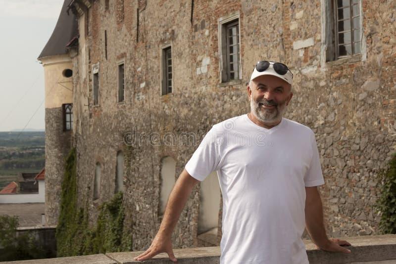 一个中年人的画象ol的墙壁的背景的 免版税图库摄影