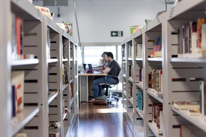 一个书大厅的看法在图书馆/书店里 免版税库存照片