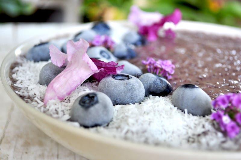 一个五颜六色和充满活力的紫色圆滑的人碗 库存图片