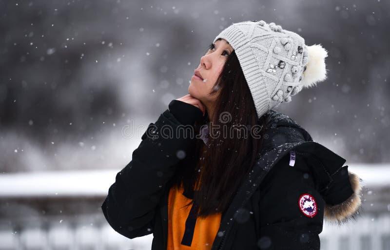 一个亚裔女孩看雪 库存图片