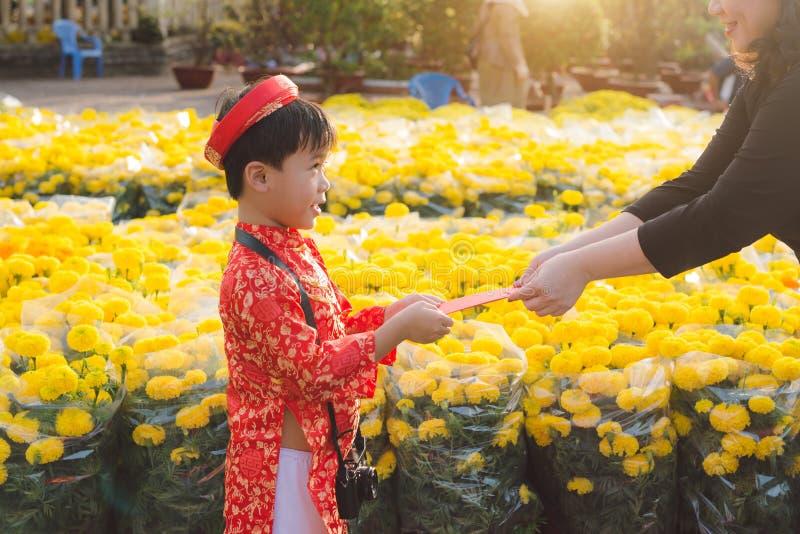 一个亚裔男孩的画象传统节日服装的 ao戴礼服微笑的逗人喜爱的矮小的越南男孩 Tet假日 月球Ne 免版税库存图片