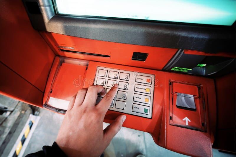 一个人从ATM得到金钱 库存照片