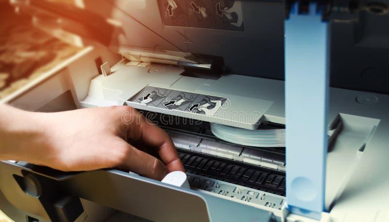 一个人修理打印机 数字式复印机机器 免版税库存照片