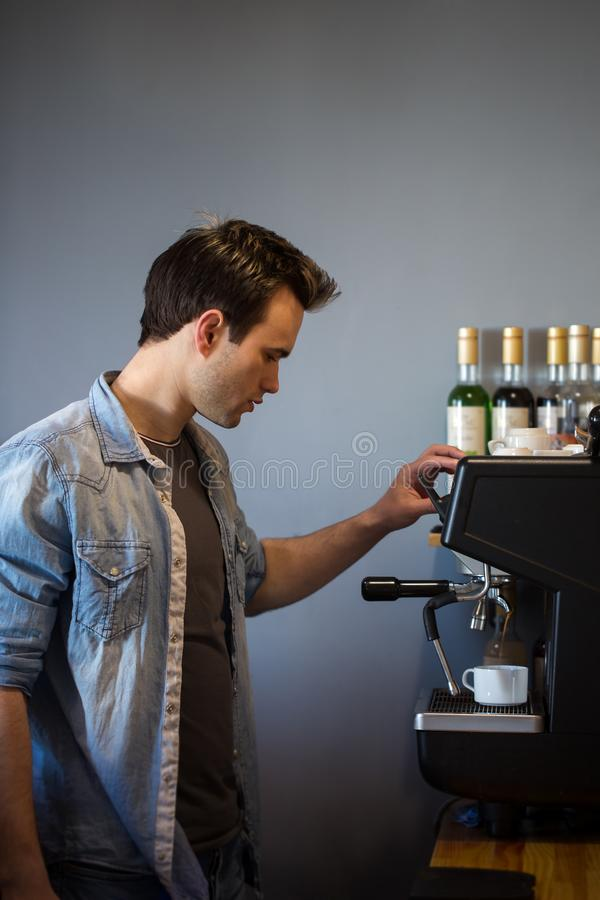 一个人做咖啡 免版税库存照片