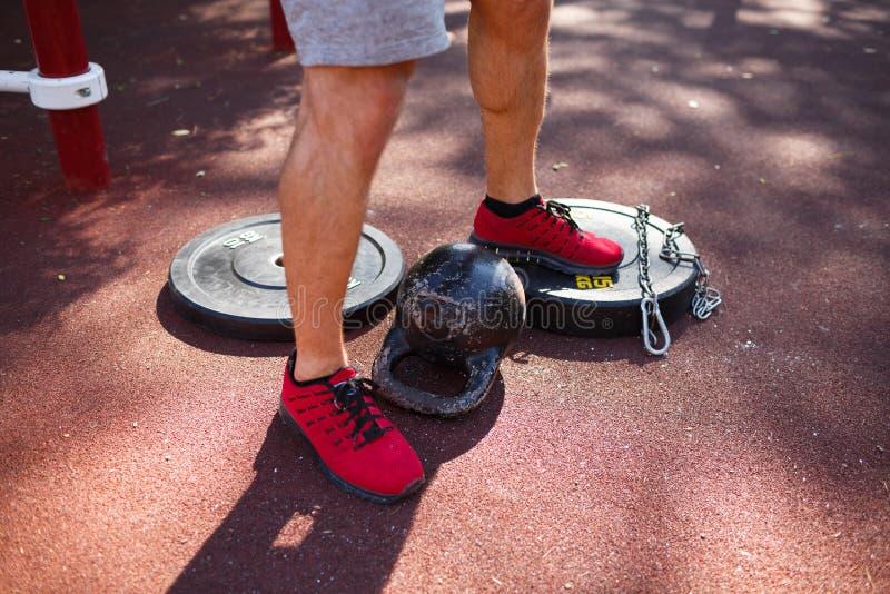 一个人做着在他的脚的锻炼 有行使完善的身体的运动和健康年轻人户外 库存图片