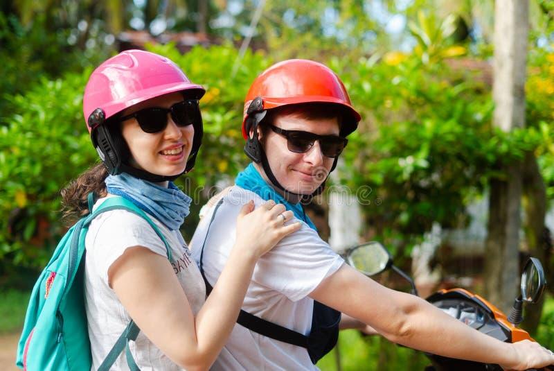 一个人和一个女孩盔甲的旅行亚洲斯里兰卡 库存照片