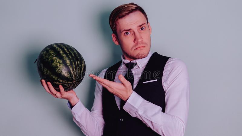 一个人和一个西瓜/男孩经典衣服的用西瓜 免版税库存图片