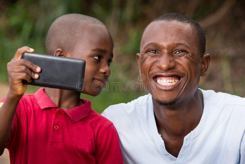 一个人和他的孩子的特写镜头,愉快 免版税库存图片