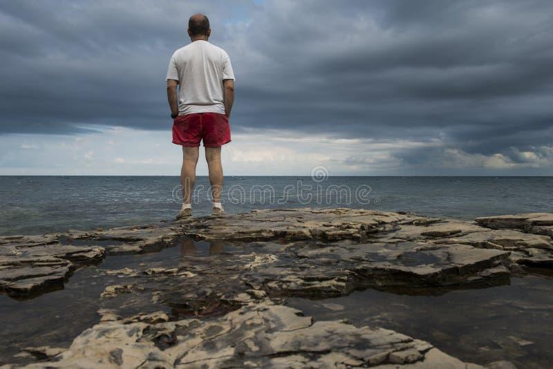 一个人和海 免版税库存照片