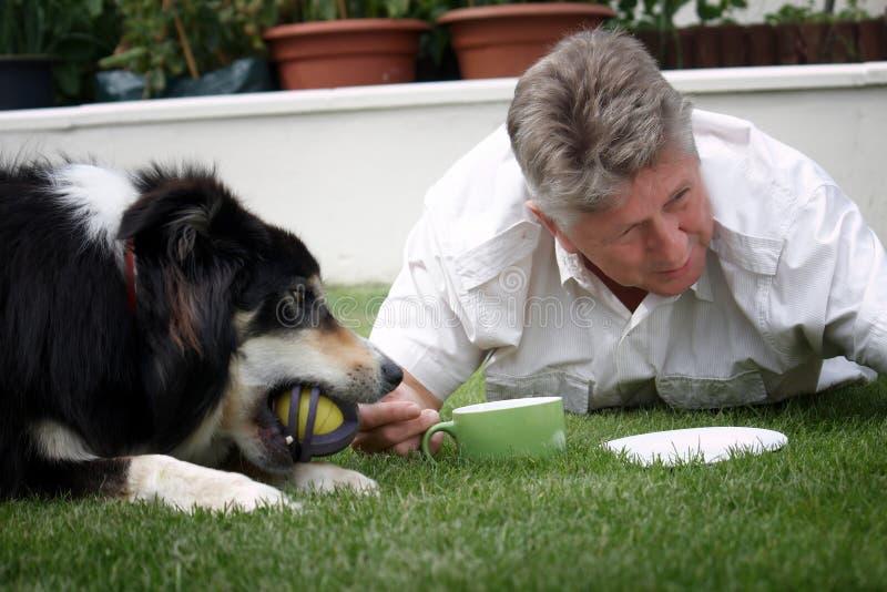 一个人和他的狗 免版税库存照片
