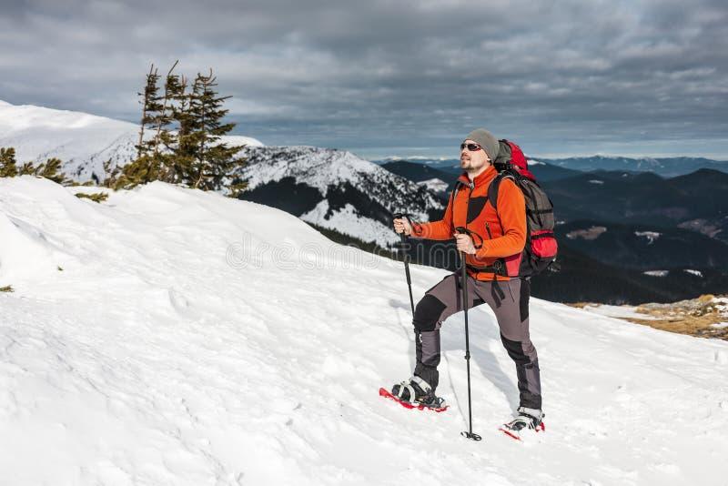 一个人在山的上面上升 图库摄影