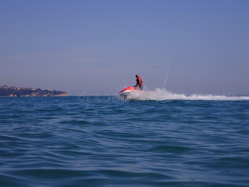 一个人在有喷气机滑雪的海 免版税库存照片