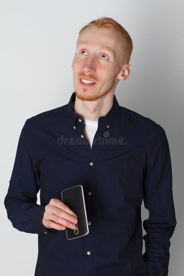 一个人在电话谈话并且微笑着在工作 奶油被装载的饼干 正面图 库存照片