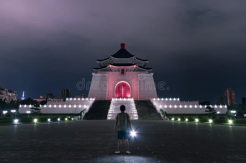 一个人在蒋介石纪念堂旅行在晚上 库存图片