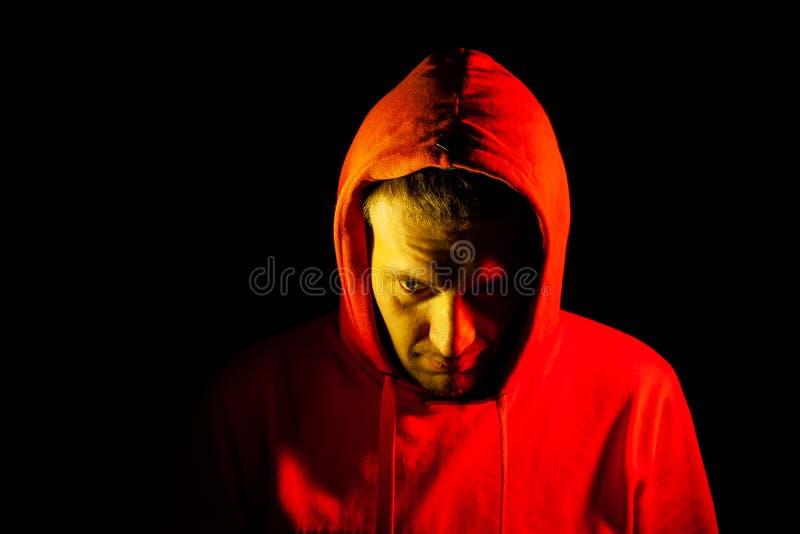 一个人在边一边和看的头的特写镜头橙色敞篷的下来与黄色背后照明 以前感觉 库存照片