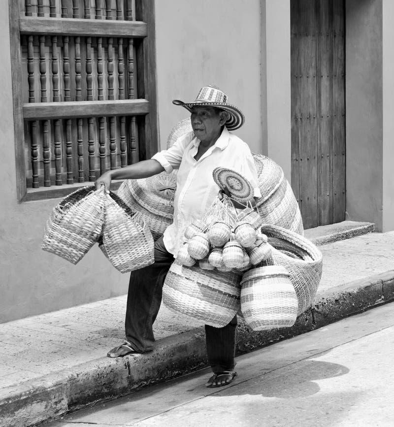 一个人在运载他的篮子的哥伦比亚 免版税库存图片